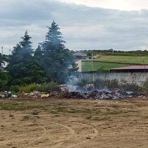 """Cs Villalba de los Barros denuncia al alcalde de la localidad por convertir el campo de fútbol """"es un vertedero"""" y quemar los residuos"""